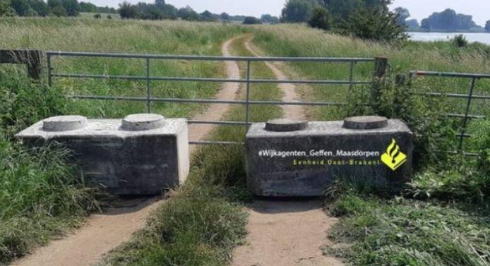 De betonblokken die geplaatst zijn om overlast aan de Maas bij 't Wild te voorkomen.