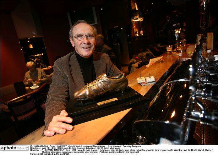 Van Moer in 2008 met zijn Gouden Schoen van 1969.