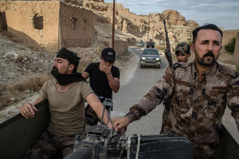 Een konvooi van de Hashd al-Shaabi, Iraakse volksmilities, onderweg naar de Iraaks-Syrische grens. Beeld Hawre Khalid