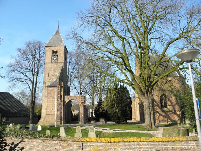 Dieven hebben de bliksemafleiders en regenpijpen van de protestante kerk in Dreumel gestolen. De pijpen en leidingen aan de toren en muren links op de foto zijn ongemoeid gelaten.