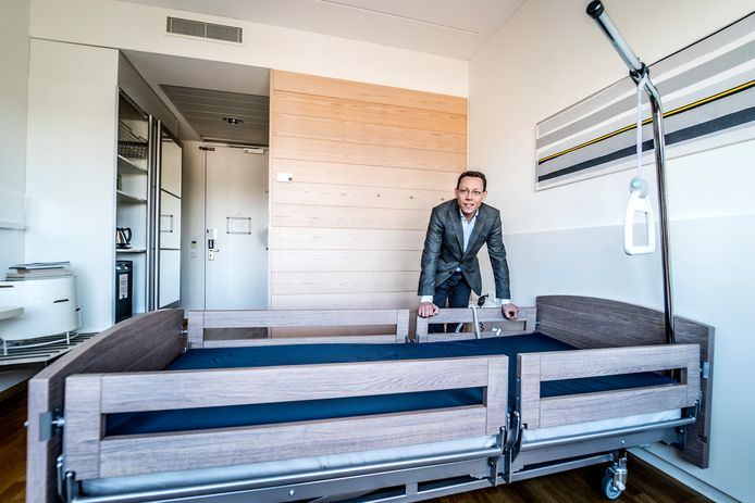 General manager Edo Garretsen van WestCord Hotel Delft bij één van de toekomstige ziekenhuisbedden.