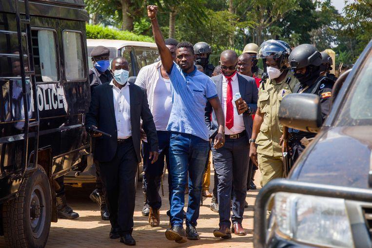 De Oegandese popzanger en politicus Robert Kyagulanyi, alias Bobi Wine, woensdag na zijn arrestatie Beeld AFP