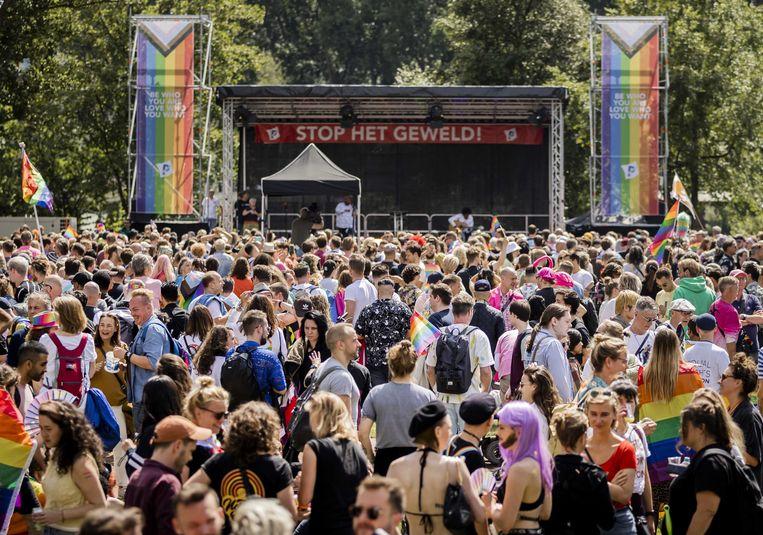 Deelnemers aan de Pride Walk Amsterdam verzamelen zich in het Martin Luther Kingpark. Beeld ANP
