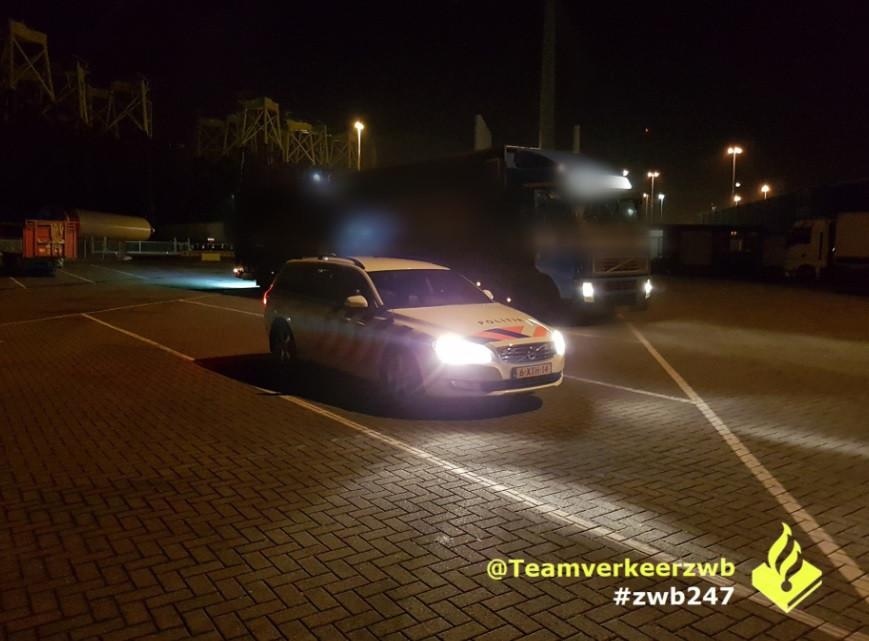 Politie bij de vrachtwagen.