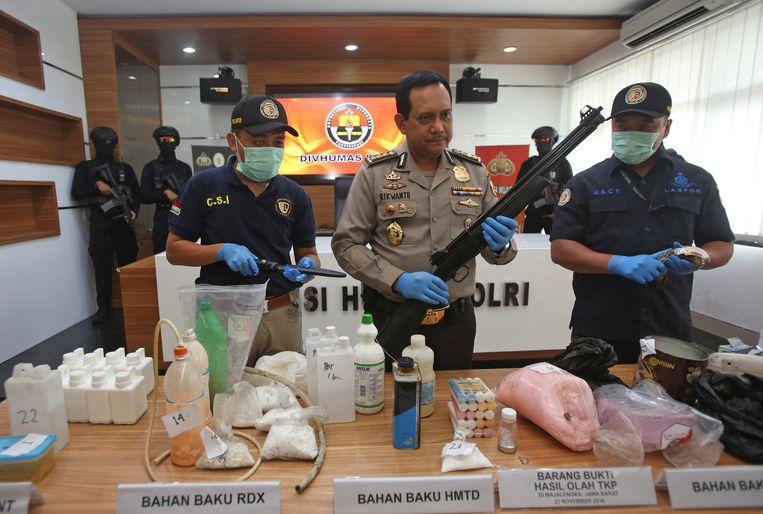 De Indonesische politie toont het materiaal dat de gearresteerden verzameld hadden om een bom te maken en een aanslag te plegen op de ambassade van Myanmar Beeld REUTERS