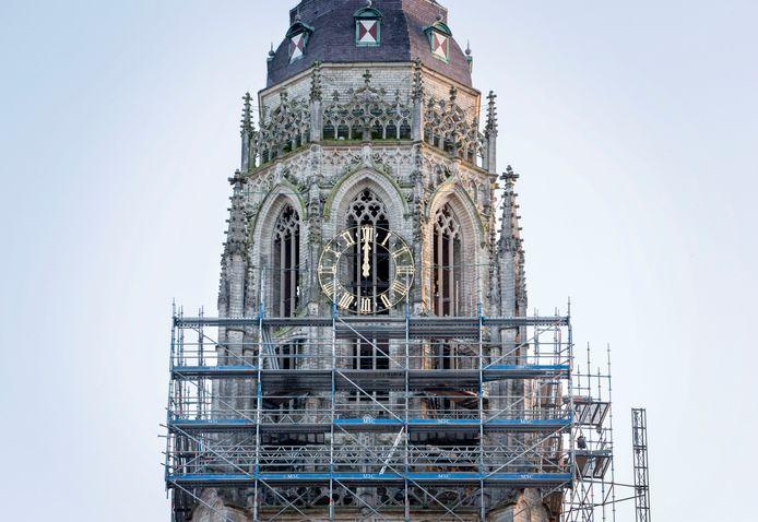 De Grote Kerk in de steigers.