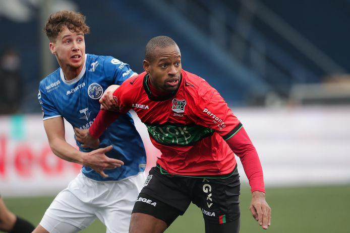 Frank Sturing namens FC Den Bosch in duel met oud-teamgenoot Rangelo Janga van NEC.