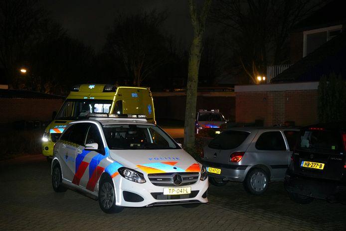 Politie en ambulance bij de woning in Didam waar een schietpartij heeft plaatsgevonden.