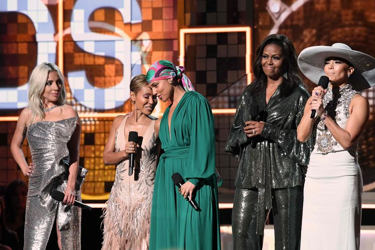 Michelle Obama (2de van rechts) op het podium met Lady Gaga (uiterst links), Jada Pinkett Smith, Alicia Keys en Jennifer Lopez. Beeld AFP
