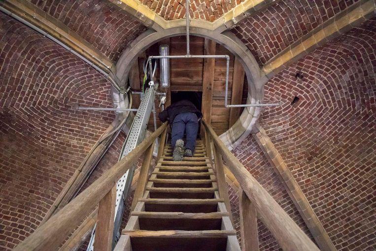 De trappen worden veiliger gemaakt.