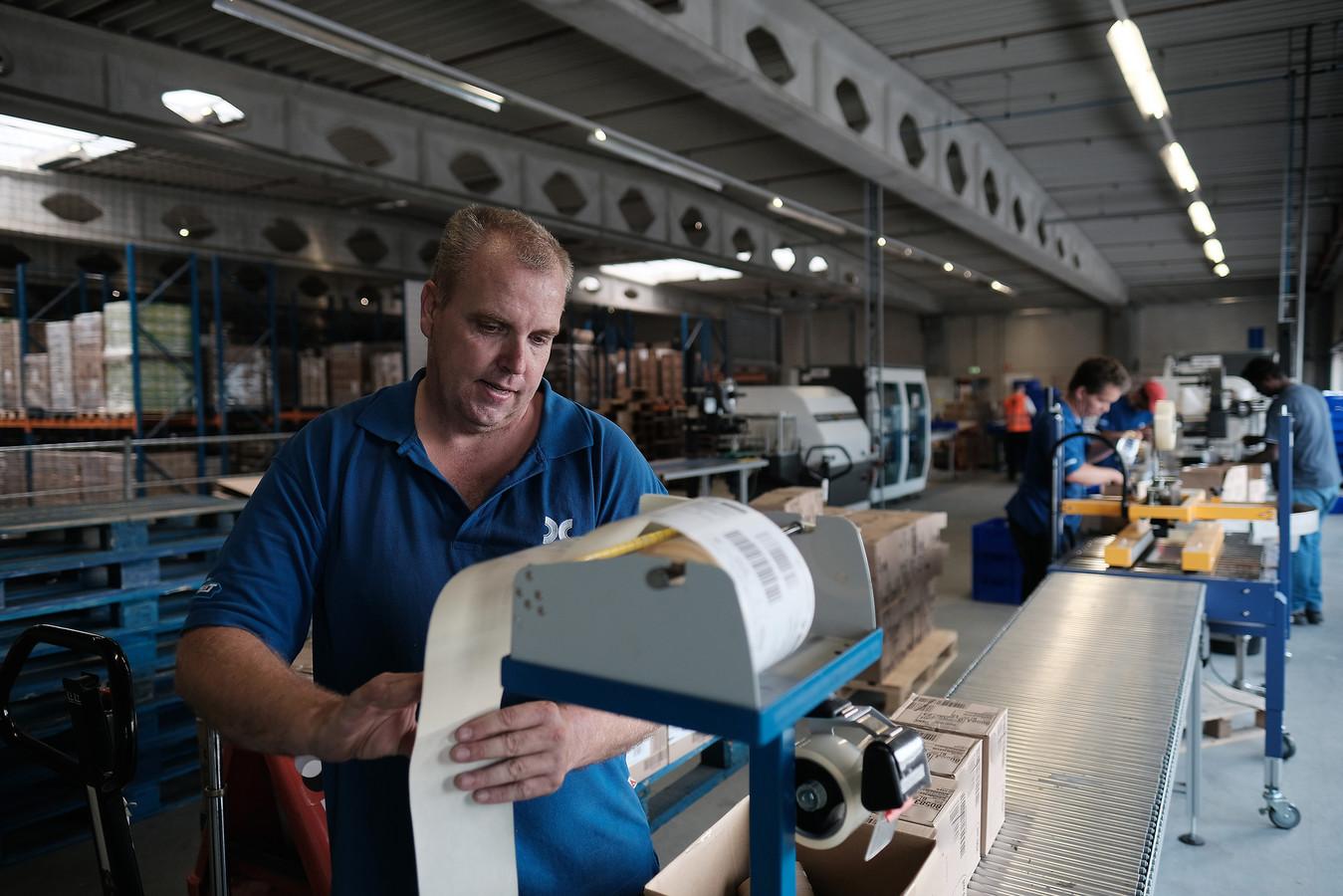 Archieffoto van medewerker van Laborijn aan het werk bij transportbedrijf Wim Bosman. Foto Jan van den Brink.
