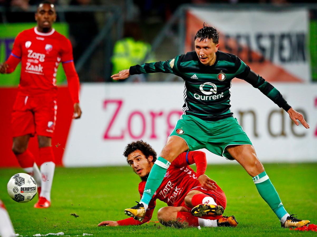 Yassin Ayoub met een tackle op Steven Berghuis eerder dit seizoen.