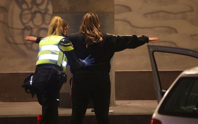 De politie doorzocht auto's en fouilleerde mensen.