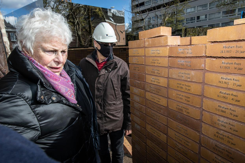 Holocaustoverlevende Mieke Bloemendal legde woensdagochtend de laatste steen, die van de 40-jarige Isaac van Rooijen. Beeld Dingena Mol