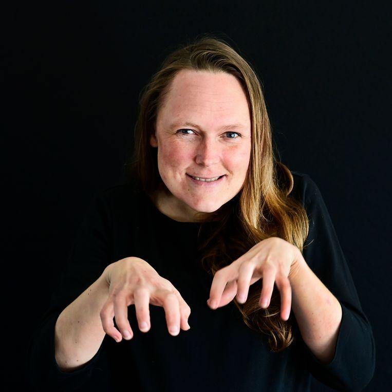 De dove Martine Wattel beeldt 'hamsteren' uit. Beeld Olaf Kraak