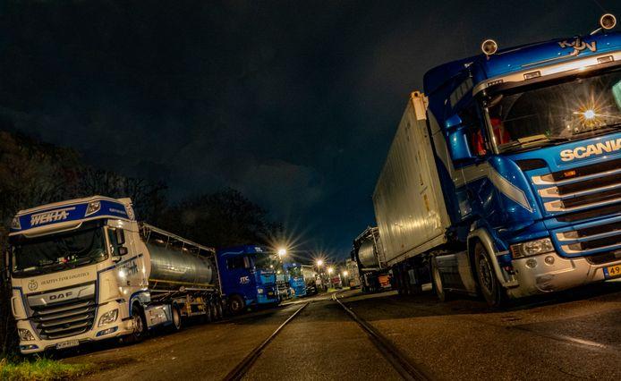 De Lindtsedijk in Zwijndrecht is al enkele jaren het domein van truckers, die daar graag overnachten.