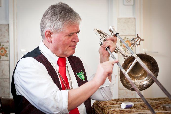 Ton Zwaans uit Schaijk met zijn trombone, in kledij van hofkapel De Boeremoeskapel, in 2013.