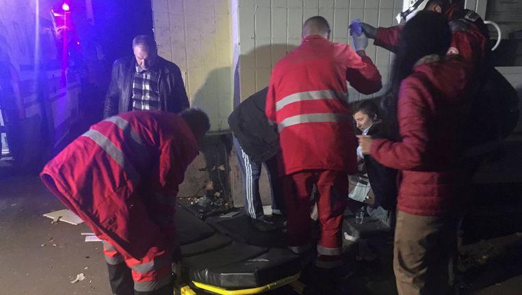 Paramedici helpen een man die gewond raakte bij de explosie in Kiev. Beeld reuters
