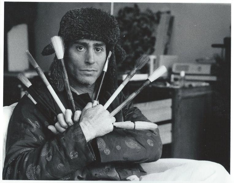 Jochem Hartz met zijn penselen (zijn lievelingsfoto). Beeld