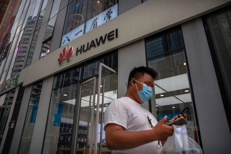 Een winkel van Huawei in Beijing. Britse telecombedrijven worden verplicht de betrokkenheid van Huawei bij het nieuwe 5G-netwerk af te bouwen. Beeld AP
