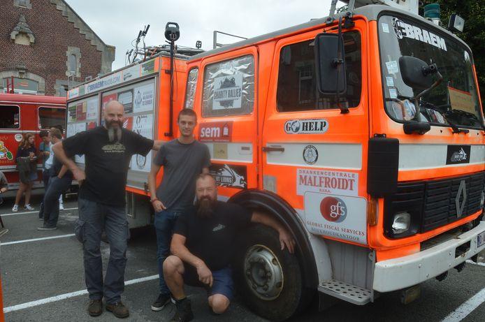 Alain, Kevin en Gunther bij de brandweerwagen die ze naar Tadzjikistan brengen.