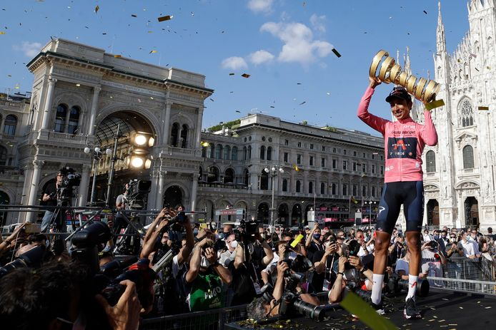 Vainqueur du Tour de France 2019, Bernal, 24 ans, remporte son deuxième Grand Tour. Il ne lui reste plus que la Vuelta pour rentrer dans le cercle fermé des vainqueurs des Trois Grands tours, une performance réalisée uniquement par Jacques Anquetil, Eddy Merckx, Bernard Hinault, Alberto Contador, Vincenzo Nibali et Chris Froome.