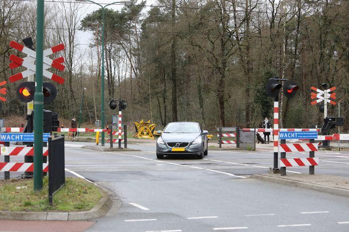 Een automobilist bij de Torenlaan neemt de gok en passeert de gesloten bomen. De boete voor dit risicovolle gedrag loopt op tot 220 euro.