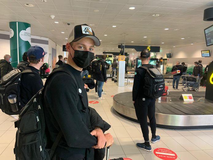 Mathieu van der Poel op de luchthaven van Schiphol met rechts van hem Wout van Aert.
