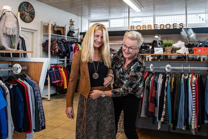 Annemarie Eikenaar en eigenaresse Gerrianne Oosterlaar in tweehandskledingwinkelzaak Robbedoes in Heino, al 35 jaar een geliefde snuffelplek.