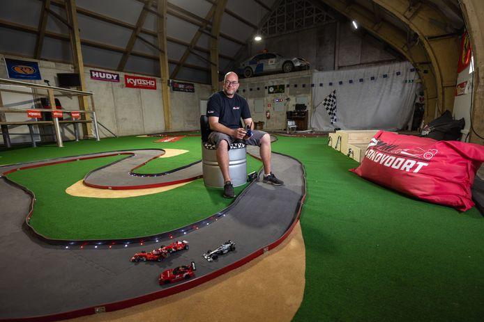 Bert Bunk heeft in zijn boerenschuur in Espel een miniversie van het circuit van Zandvoort gemaakt.