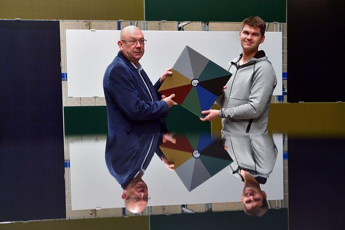 Guust Verpaalen (62) en zijn zoon Kevin (30) laten verschillende kleuren zien voor zonnepanelen aan gebouwgevels. Het Roosendaalse bedrijf timmert internationaal aan de weg.