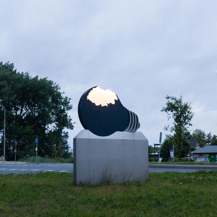 Jeroen Hennemans De Lamp lijkt gebroken, maar er zijn geen scherven en er is niets stuk. In het donker geeft het kunstwerk licht. Beeld