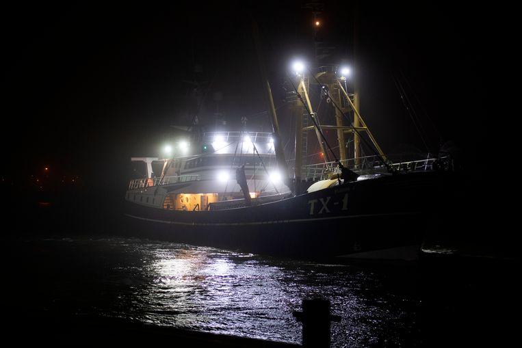 De TX1 van schipper Cor Vonk loopt de haven van Den Helder binnen om zijn vis te lossen. Beeld Olaf Kraak