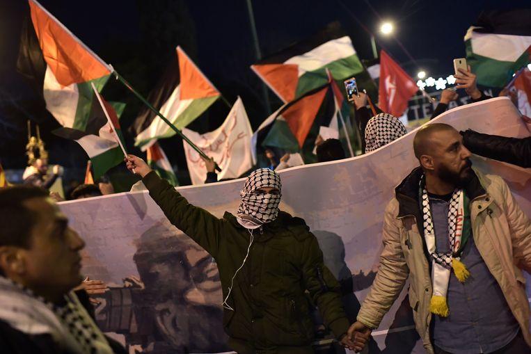 Leden van de Palestijnse gemeenschap in Athene protesteren tegen het besluit van president Trump Jeruzalem te erkennen als hoofdstad van Israël. Beeld AFP