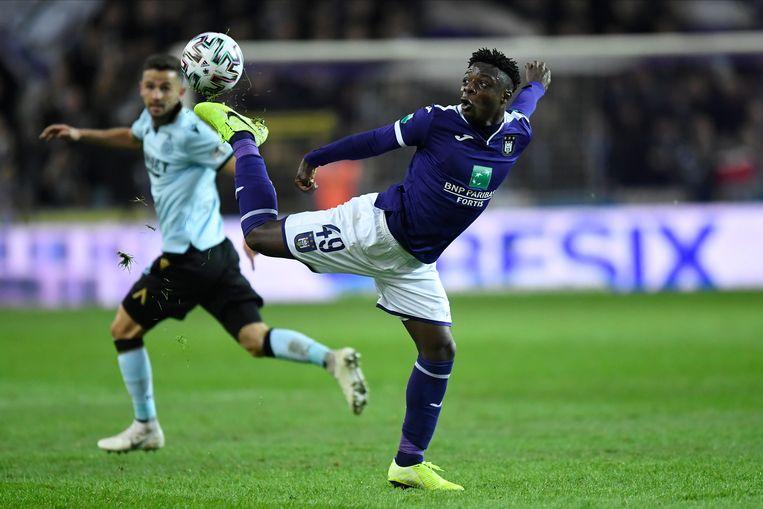 Anderlecht-winger Jérémy Doku met een sierlijke balaanname tegen Club Brugge. Beeld Photo News