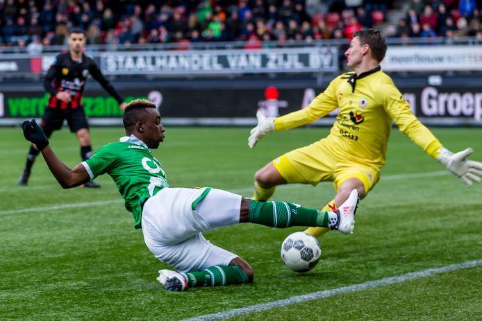 Theo Zwarthoed stopt een inzet van NAC-spits Thierry Ambrose op het kunstgras van Excelsior.