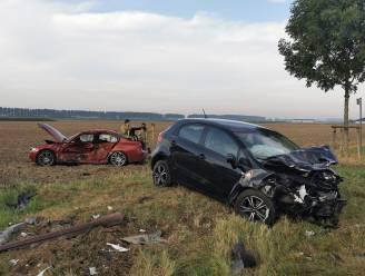 Auto weggeslingerd op veld na zware aanrijding op kruispunt Nieuw-Arenberg