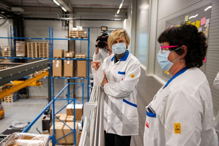 Vlaams minister voor Werk en Economie Hilde Crevits (CD&V) tijdens het bezoek aan Barco. Beeld BELGA