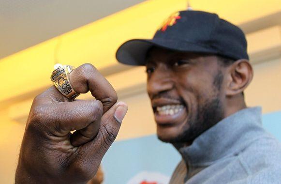 Mbenga poseert fier met zijn tweede NBA-ring.