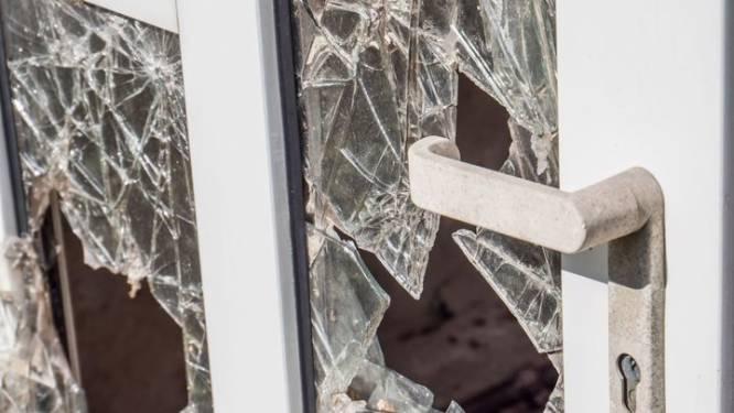 Voorbijganger betrapt inbreker terwijl hij raam inslaat
