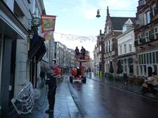 Straatbeeld: Carnaval hangt, kerst verdwijnt