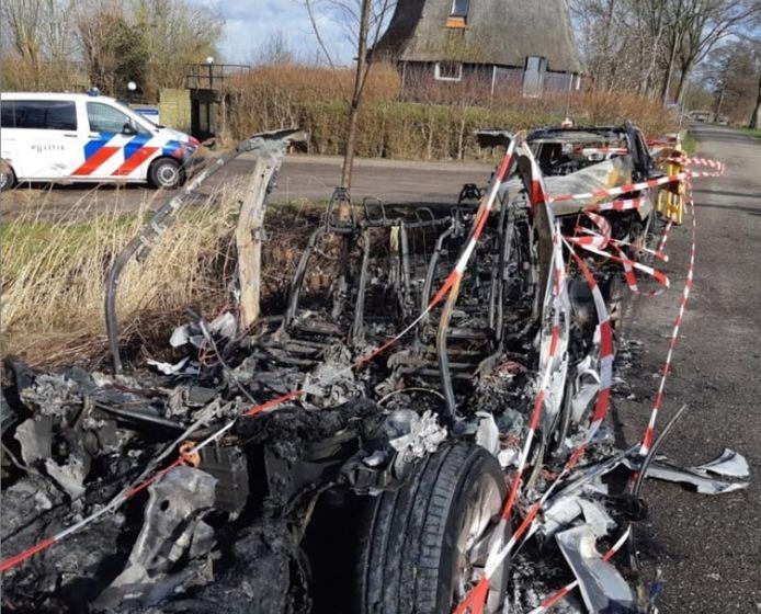De auto's van bezwaarmakers rondom de loswal in Giethoorn gingen vrijdagavond in vlammen op.
