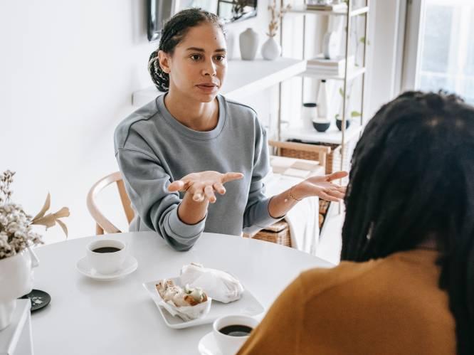 """""""Help, mijn vriend(in) is een complotdenker"""": zo vermijd je verhitte discussies volgens een conflictbemiddelaar en cultuursocioloog"""