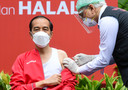 In Indonesië was president Joko Widodo (59) de eerste die het coronavaccin kreeg toegediend