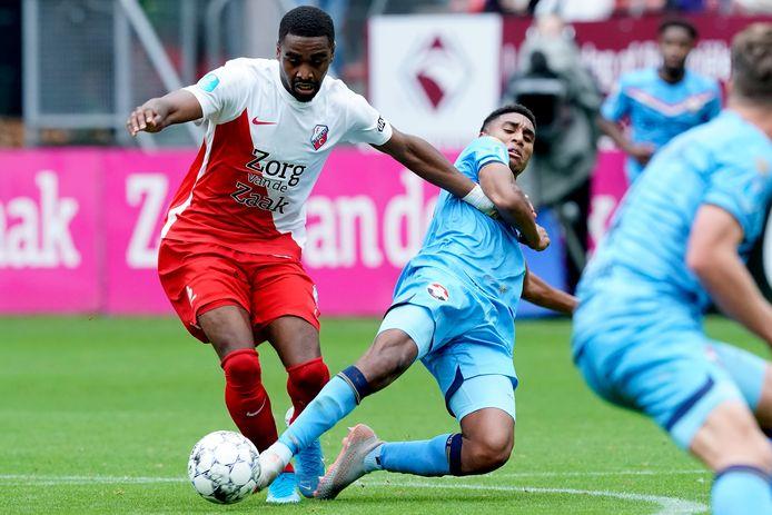 Gyrano Kerk duelleert met Willem II'er Driess Saddiki.