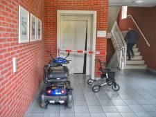 Man op rollator rijdt zich vast in liftdeur van Reuselse flat