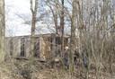 Het huisje, verscholen in het bos