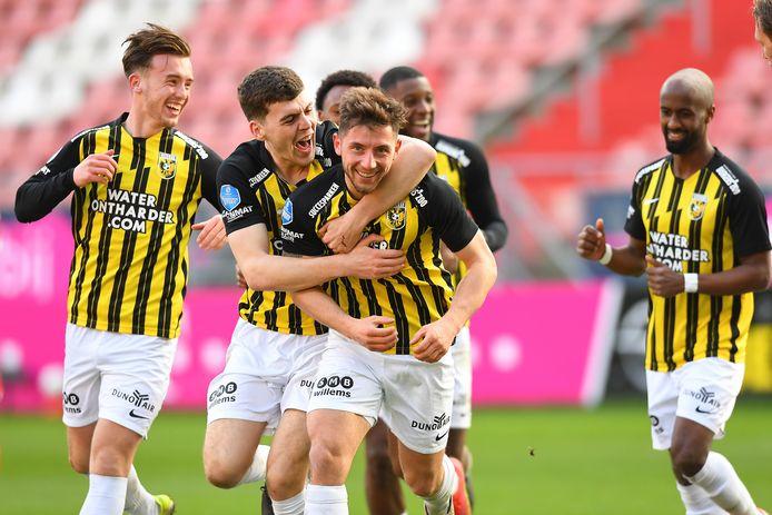Vreugde bij Vitesse. Maximilian Wittek (midden) is de held na de 3-1 tegen FC Utrecht in Stadion Galgenwaard. Rechts Eli Dasa.