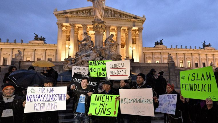 Betogers in Wenen tegen de wet die de omgang met moslims regelt