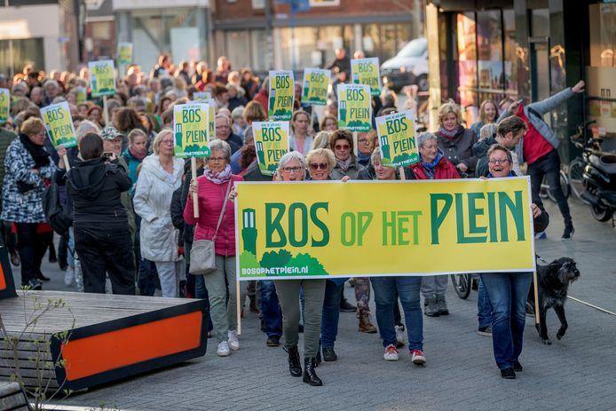 Bos op het Plein, actiegroep voor meer bomen op de markt en tegen Hijschkamer, gaat met een grote groep mensen handtekeningen aanbieden aan wethouder Bas van Wakeren.